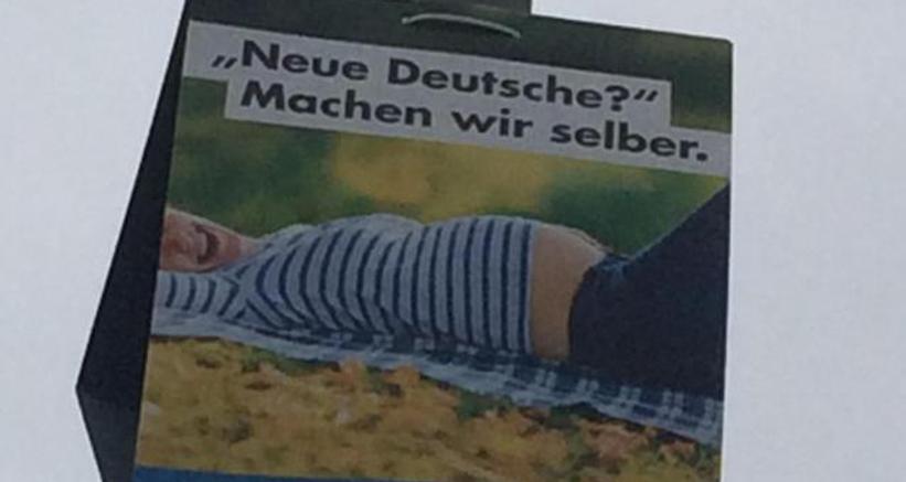 """Un manifesto elettorale dell'Afd in vista del voto del 24 settembre. Nel cartellone la scritta (tradotto in italiano) """"I nuovi tedeschi? Ce li facciamo da soli"""". Ansa"""